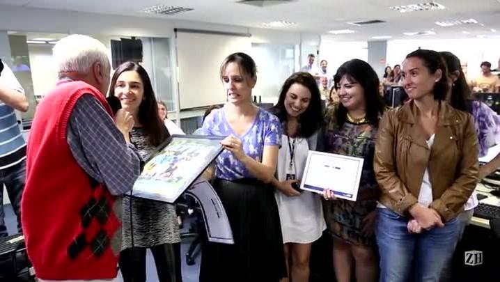 Sant\'Ana entrega prêmio para a Revista Donna.