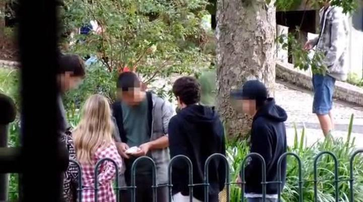 Jovens consomem e vendem drogas no entorno do edifício América, no coração de Blumenau