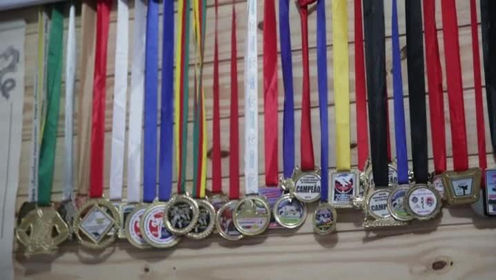 Menino treina para competição nacional de taekwondo