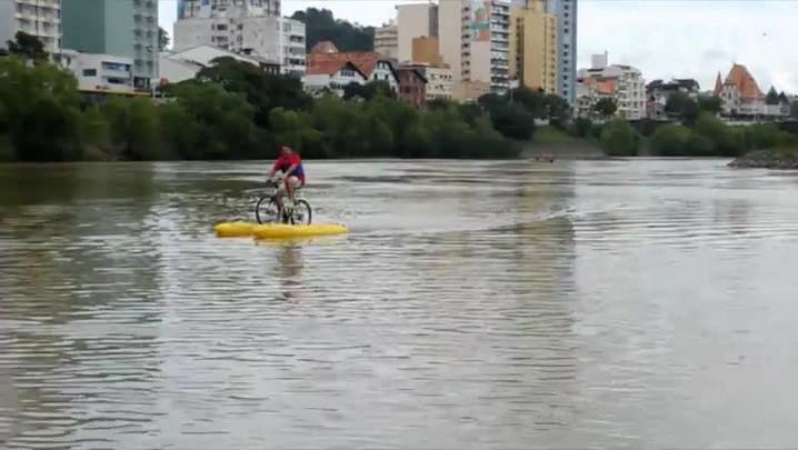 Atividades aquáticas no rio Itajaí-Açu, em Blumenau