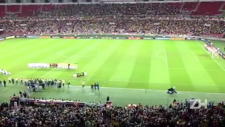Torcida canta o Hino Nacional no Beira-Rio