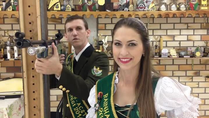 Rei e Rainha dos atiradores da 27° Schützenfest convidam o publico para a festa em Jaraguá do Sul