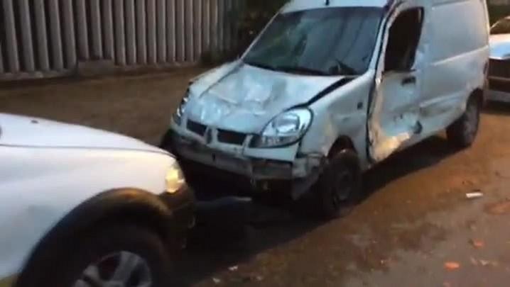 Caminhão desgovernado bate em carros estacionados na zona norte da Capital