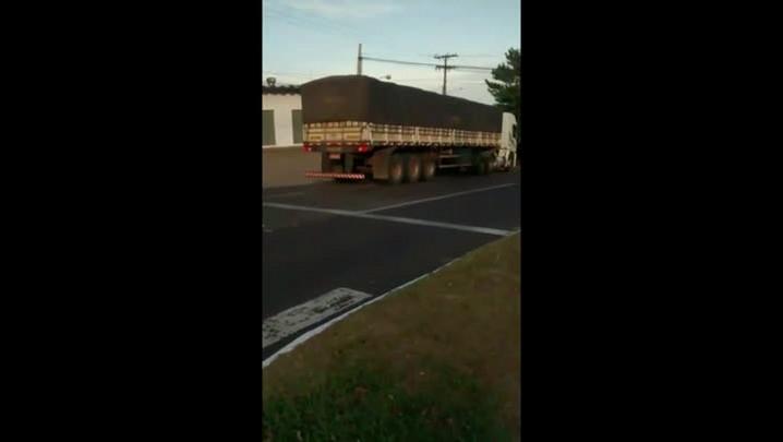 Caminhão desce a Avenida João Luiz Pozzobon na contramão