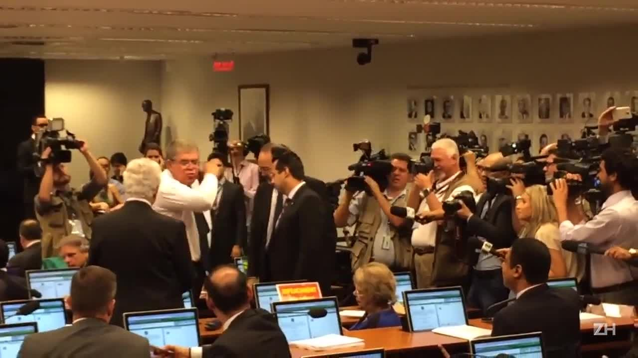 Deputados batem boca antes de sessão da comissão do impeachment
