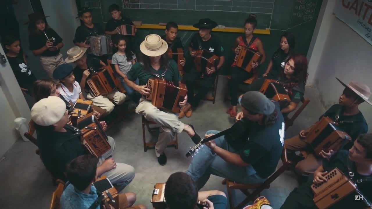Na Fábrica de Gaiteiros, Renato Borghetti e alunos do projeto tocam Barra do Ribeiro
