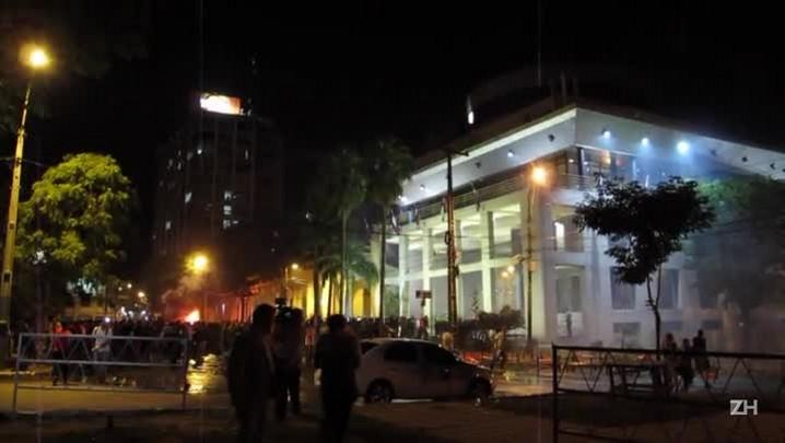 Congresso paraguaio é incendiado por manifestantes
