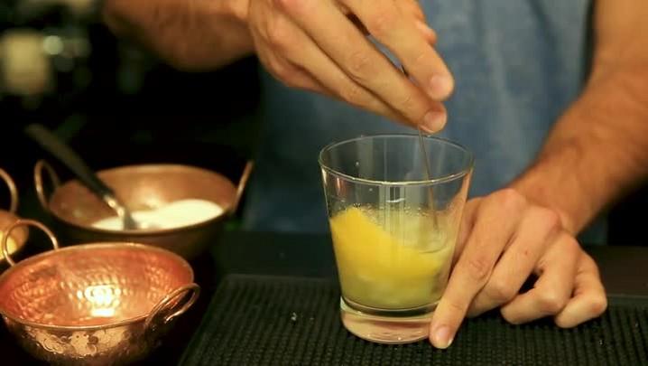 Aprenda a fazer caipirinha com limão siciliano, melão e gengibre