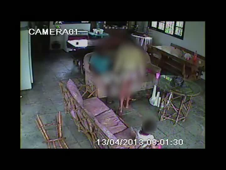 Imagens mostram agressão e exposição de criança. 23/04/2013