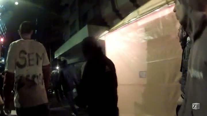 Manifestantes tentam impedir vândalos de saquearem farmácia na Borges de Medeiros