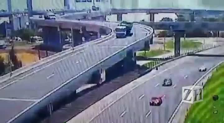 Caminhão tomba na Rodovia do Parque