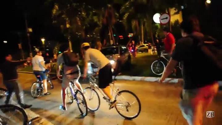 Em meio a protesto de ciclistas, motorista comete infração