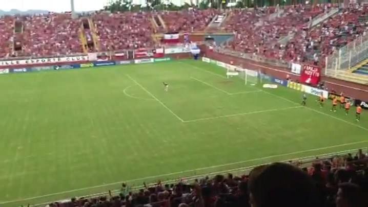 Torcida animada na Arena Joinville