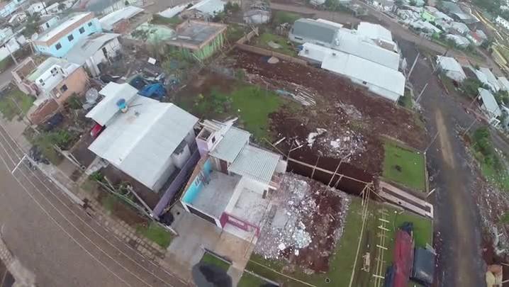 Reconstrução após o tornado no Oeste