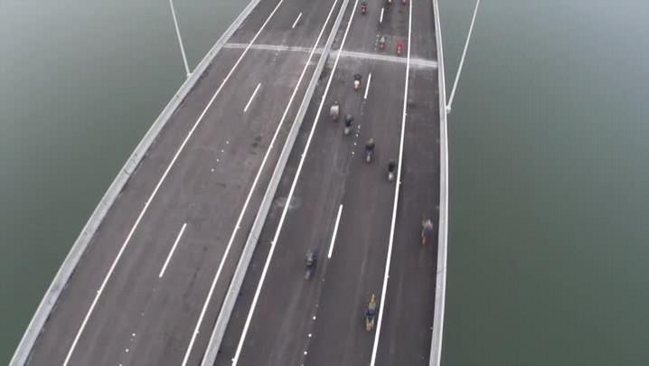 Confira o momento em que os primeiros veículos passam sobre a Ponte Anita Garibaldi