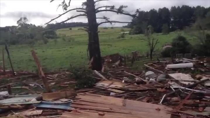 Família tem casa destruída por vendaval na comunidade Monte Alegre, em Chapecó
