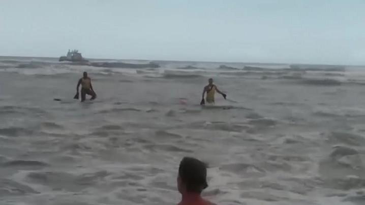 Guarda-vidas salvam cachorro levado pelo mar em Imbé