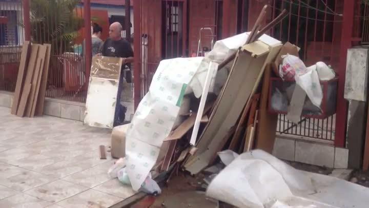 Moradores do Sarandi começam a retornar para casa após rompimento de dique. 02/09/2013