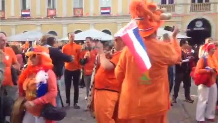 Com trio elétrico, holandeses fazem festa no Centro de Porto Alegre