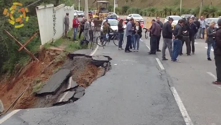 Prefeitura trabalha em cratera na avenida Osvaldo Reis