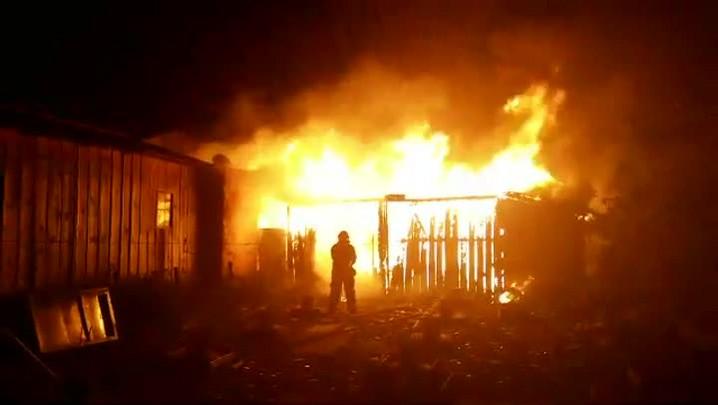 Três casas são atingidas por incêndio no bairro Vargem Grande, no Norte de Florianópolis