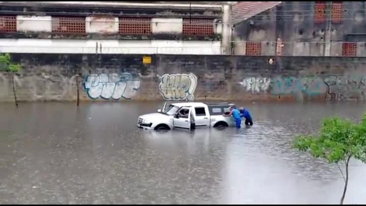 Água cobre carro na Rua Voluntários da Pátria, na Capital