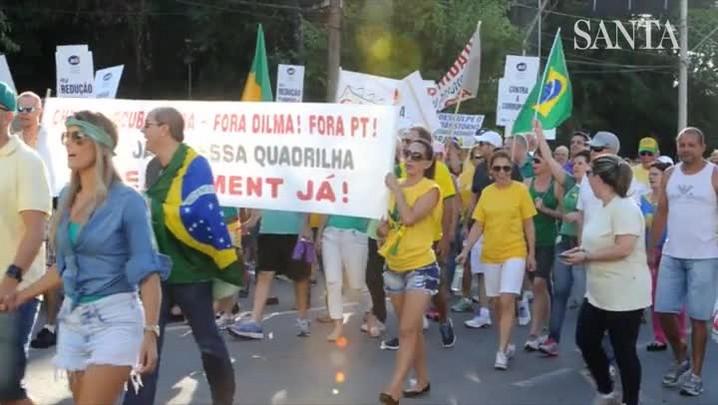 Manifestantes protestam contra o governo federal no Centro de Blumenau