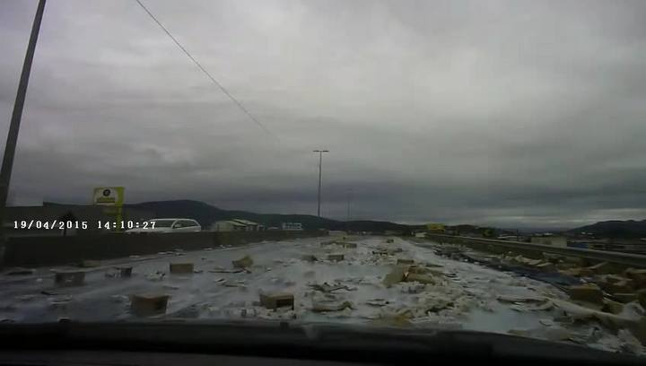 Motorista registra acidente com caminhão na BR-101 em Biguaçu