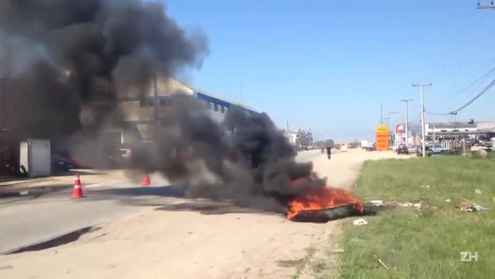 Protesto de caminhoneiros em Pelotas tem pneus queimados