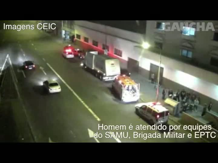 Morador de rua que dormia dentro de contâiner escapa segundos antes de cair dentro do caminhão de coleta.