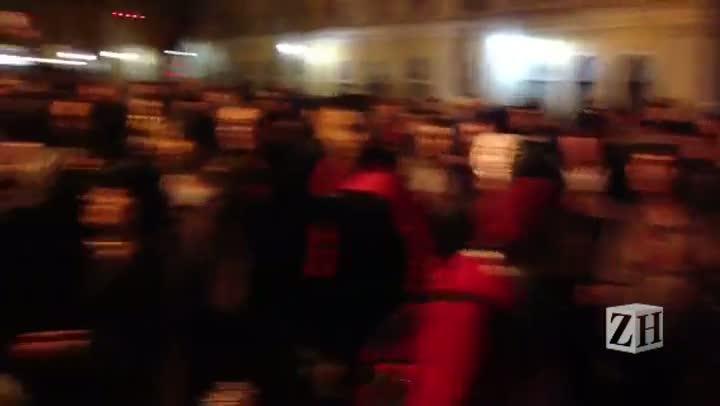 Protesto POA: manifestantes cantam Hino Nacional