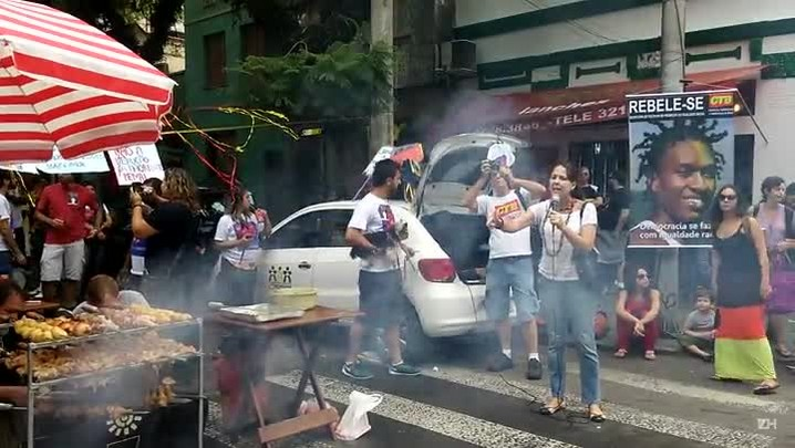 """Manifestantes promovem \""""coxinhaço\"""" na Cidade Baixa"""