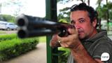 Iotti treina a pontaria e atira em pratos no Clube Caxiense de Caça e Tiro