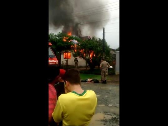 Casa é incendiada no Jardim Sofia, em Joinville