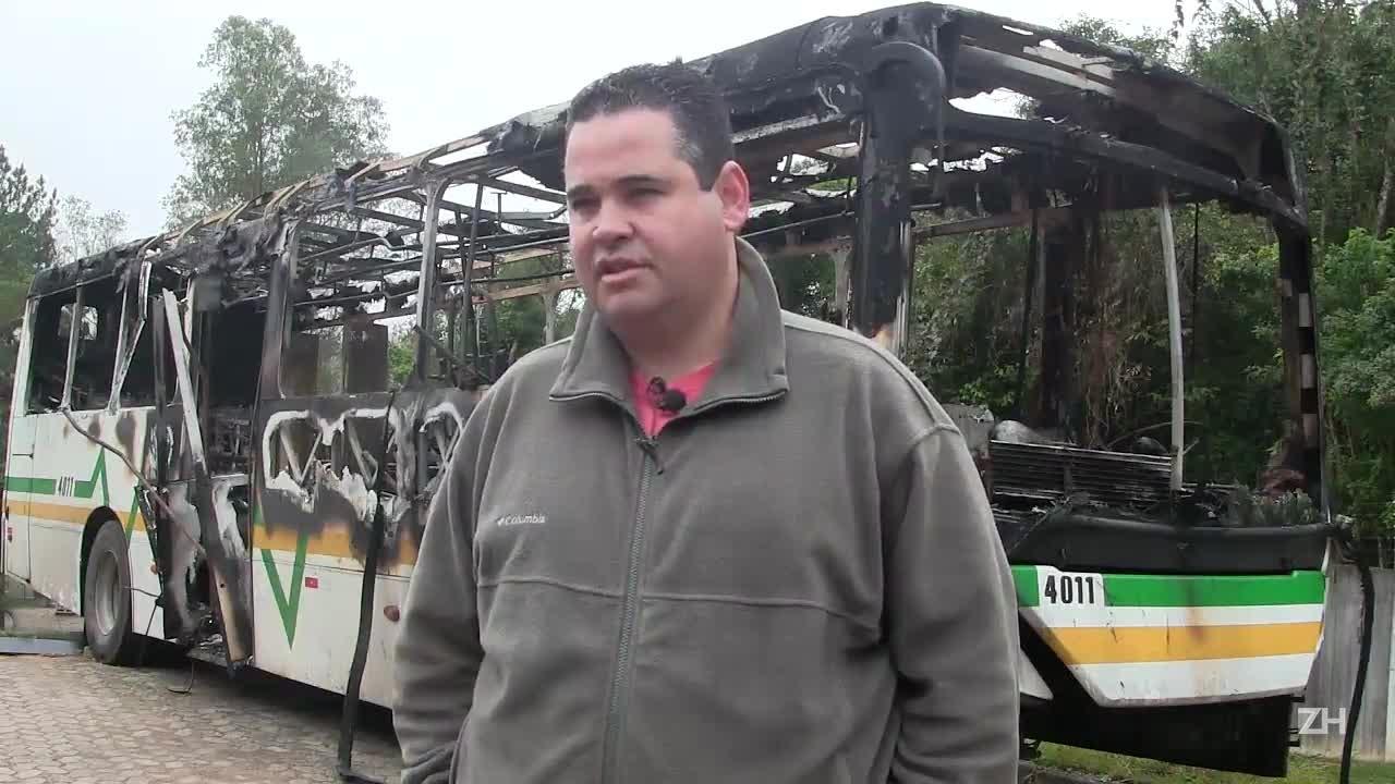 Ônibus é incendiado no Beco dos Cafunchos em disputa entre gangues rivais de Porto Alegre