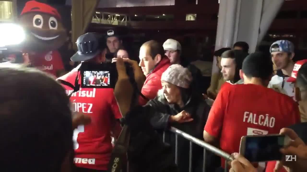 Após apresentação, Nico López recebe o carinho da torcida