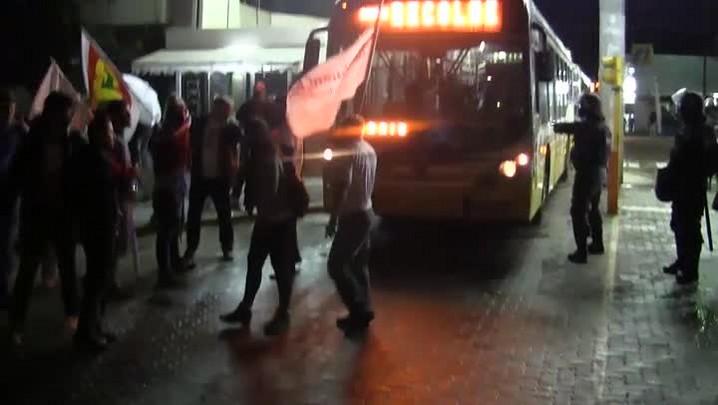 Após tensão em frente às garagens, protestos atrasam ônibus em Porto Alegre