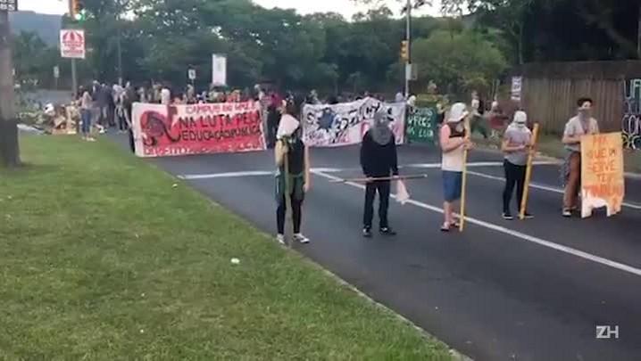 Manifestantes fazem bloqueios em Porto Alegre contra a PEC do Teto