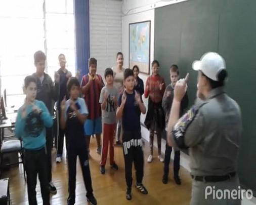 Proerd aproxima Brigada Militar da Escola João Magalhães, com foco na prevenção às drogas, em Caxias
