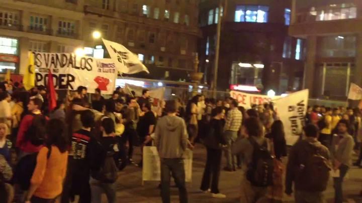 Protesto pelo passe livre reúne manifestantes em frente à prefeitura de Porto Alegre