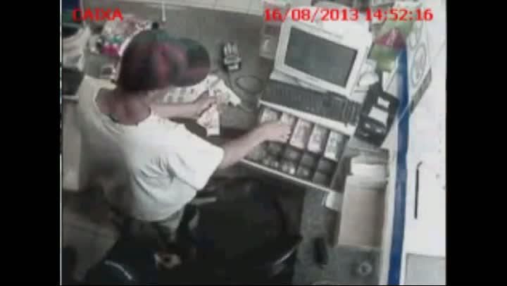 Homem rouba posto em São José