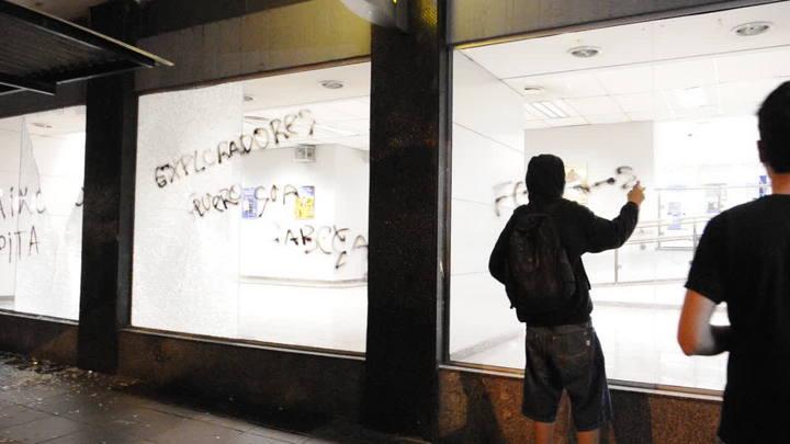 Vândalos depredam banco no Centro da Capital