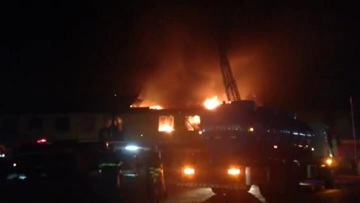 Bombeiros tentam controlar as chamas que reacenderam em fábrica na zona norte de Porto Alegre - 25/02/2014