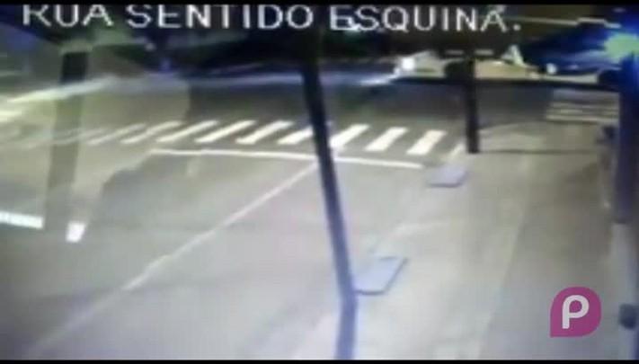 Veja o momento do acidente entre um carro e um caminhão em Flores da Cunha