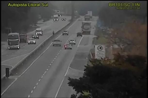 Motorista morre carbonizado após acidente na BR-101 em Garuva