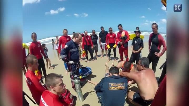 Jovem se afoga em praia de Florianópolis e é salvo por bombeiros que faziam treinamento de salvamento aquático