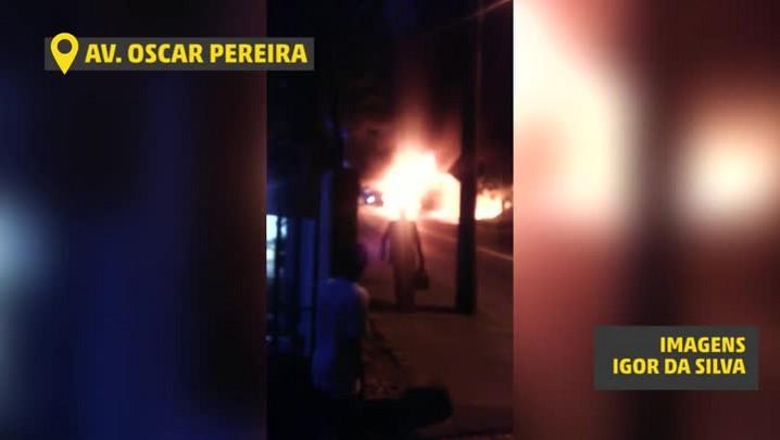 Ônibus é incendiado na Avenida Oscar Pereira