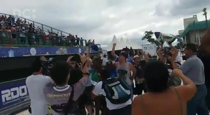 Integrantes da Unidos da Coloninha comemoram bicampeonato