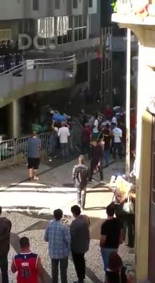 Servidores da Comcap bloqueiam entrada da Câmara de Florianópolis