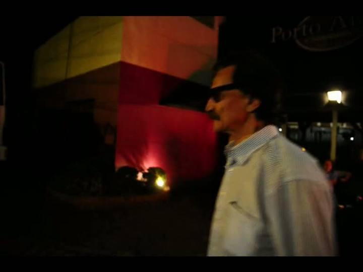 Cantor Belchior é flagrado caminhando pelas ruas do bairro Moinhos de Vento